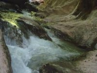 岩石之间的流动