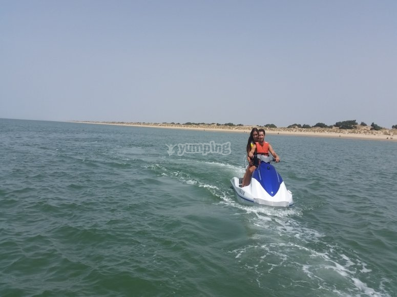 Disfrutando de una excursión con motos de agua