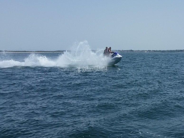 Disfrutando de un paseo en moto de agua