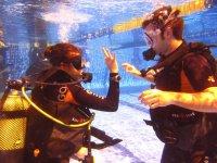 Con el monitor bajo el agua