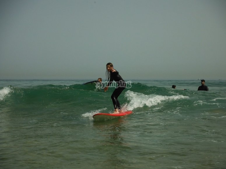 Bajando la ola con la tabla de surf