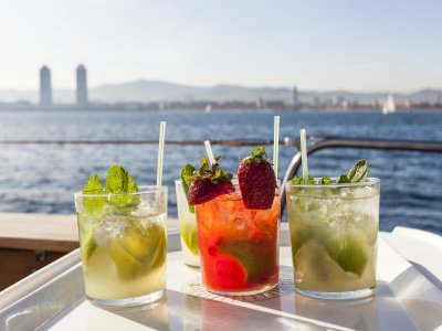 Comida abordo de un velero de lujo en Barcelona