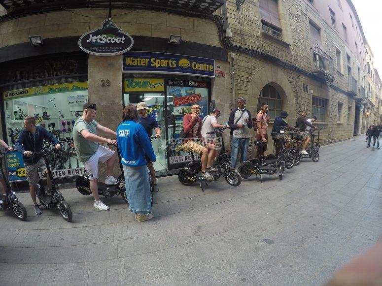 踏板车穿过巴塞罗那的街道