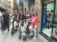 乘坐踏板车游览巴塞罗那
