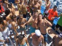 chicos en bañador en el exterior de un barco