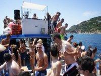 jovenes disfrutando de una fiesta en barco en ibiza