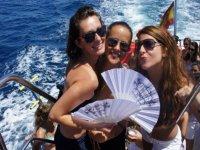 tres chicas con un abanico subidas en las escaleras de un barco