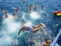un hombre lanzandose desde un barco al agua