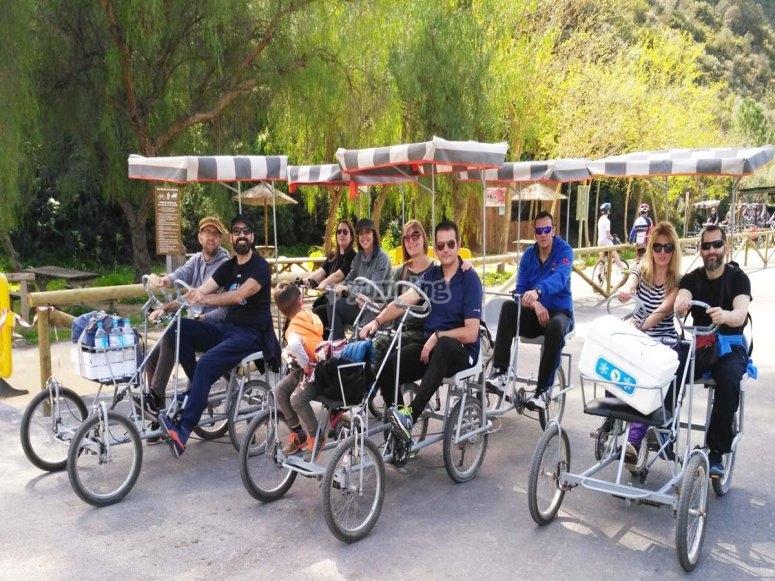 Familia con sus vehículos de paseo