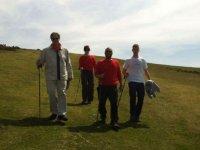 uomini che camminano su una pianura spianata