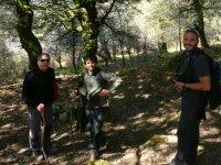 tre persone con un bastone all'ombra di un sentiero