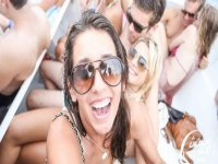 chica con gafas de sol con gente detras de ella