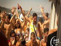 chicos mojandose mientras bailan en un barco