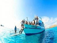 gente a bordo de un barco con una escalera