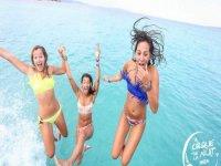tres chicas tirandose al mar