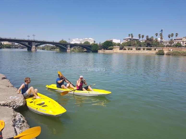 En la orilla del Guadalquivir con los kayaks