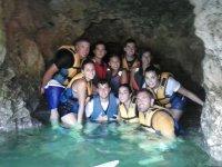 À l'intérieur de la grotte dans le lagon
