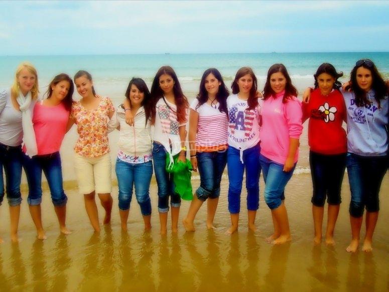 Chicas del campamento en la playa