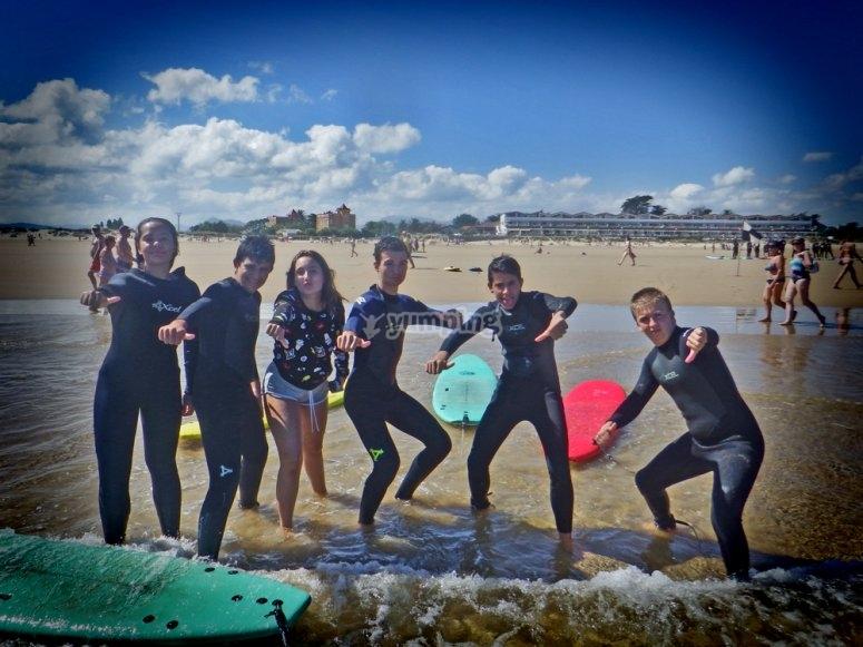 Alumnos de la clase de surf
