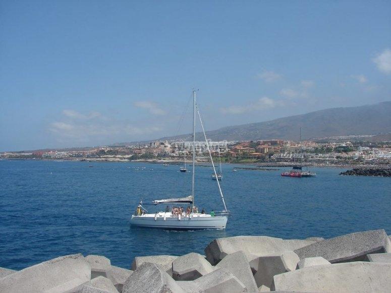 Barco junto a la costa de Tenerife