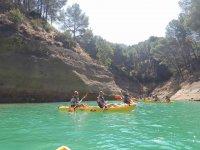 Navegando en kayak por el rio malagueno