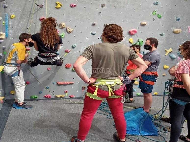 Aprendiendo a escalar en rocódromo