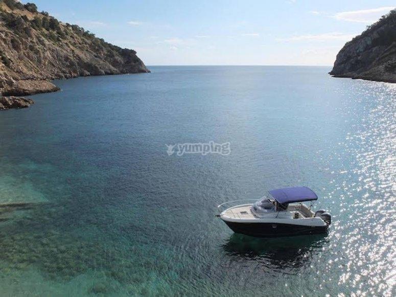 靠近海岸的船