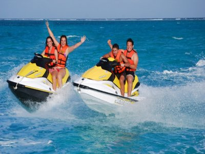 在阿尔梅里亚租一辆水上摩托艇一小时