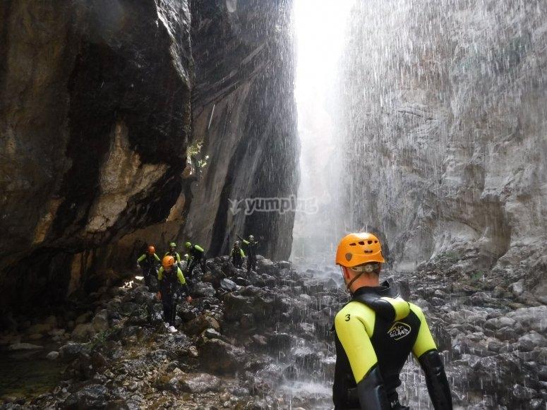 Caminando bajo la cascada