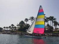 Partenza su un catamarano a terra