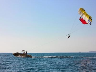 日落的帆伞运动Alboran海用香槟