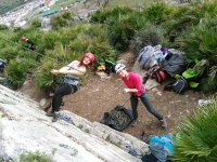Chicas probando la escalada en Malaga