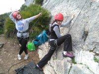 Subiendo el pie a la roca en Malaga
