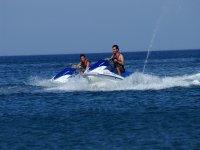 Dos personas sobre la moto acuatica