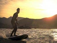 Tavola da surf al tramonto