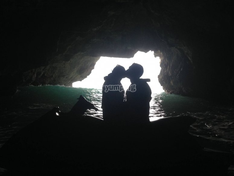 Romance nelle grotte con moto d'acqua