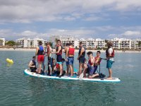 Chavales remando a bordo de la tabla de big paddle surf