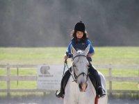 Pequeña montando al caballo