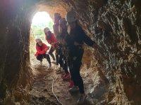 Amigas accediendo al interior de la cueva