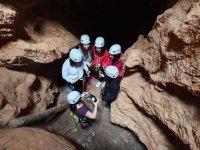 En la profundidad de la cueva brindando