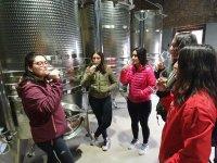 Degustando el vino en la bodega