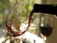 Sirviendo la copa de vino