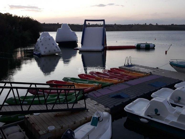 Los kayak en las aguas tranquilas