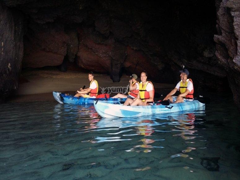 Kayak dentro de una cueva