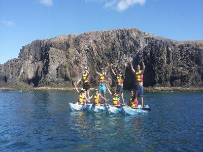 Papagayo儿童的海上皮划艇和浮潜
