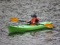 Peque en canoa verde