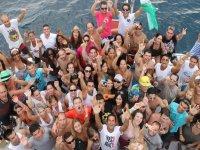 grupo de personas con los brazos levantados en alta mar