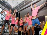 chicos con camisetas rosas saltando