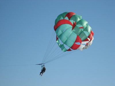 滑翔伞在黄金海岸上飞行15分钟