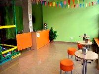 cafeteria junto a un parque infantil